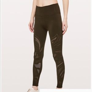 Lululemon Reveal Tight. NWT